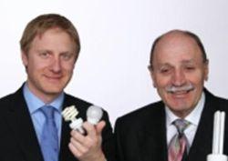 Martin Bachler (izquierda) y Alfred Wacker (derecha) enseñando Focos de ahorro de energía.